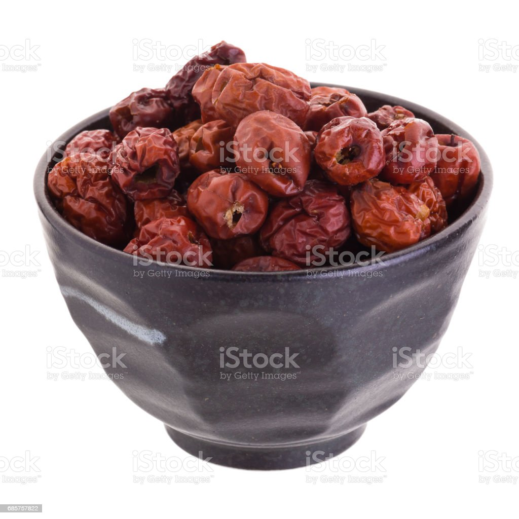 Séchés fruits de jujube en cocotte en céramique chinoise phytothérapie sur fond blanc photo libre de droits