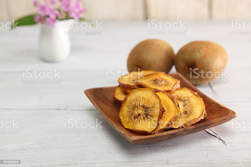 Dried kiwi fruit in a wooden bowl foto royalty-free