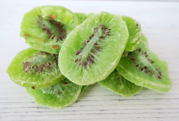 Getrocknete Kiwi-Frucht auf weißem Holzhintergrund – Foto