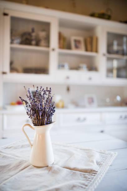 getrockneten lavendel haufen in einer weißen vase in vintage küche. - küche lila stock-fotos und bilder