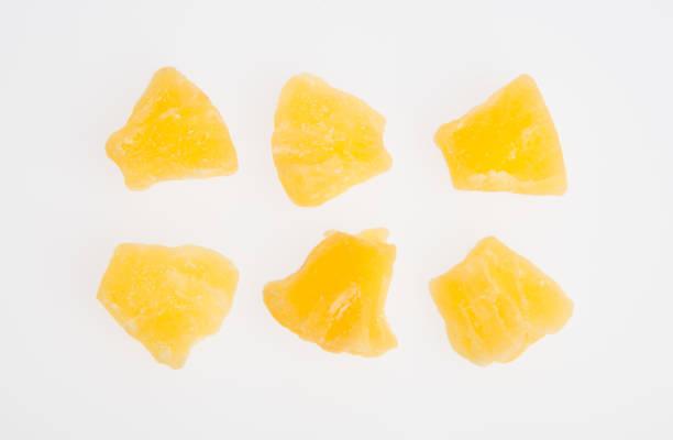 말린된 파인애플 또는 배경에 말린 과일 스톡 사진