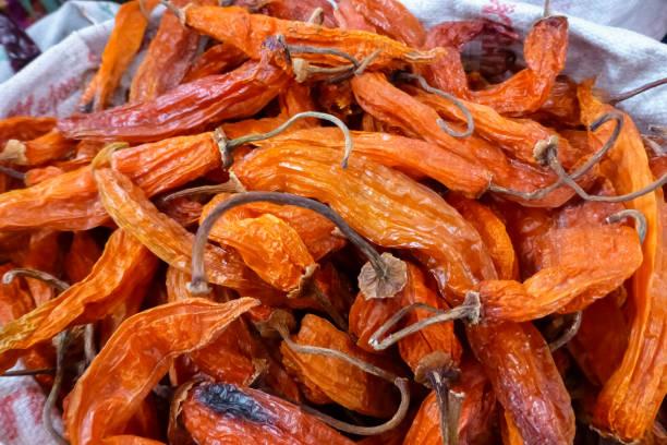 Getrocknete rote und orange Chilis auf einem Markt in Arequipa – Foto