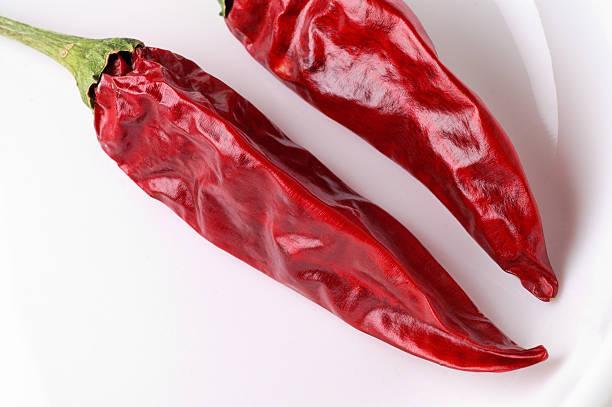 getrocknete red hot peppers auf gericht nahaufnahme - peperoni stiche stock-fotos und bilder