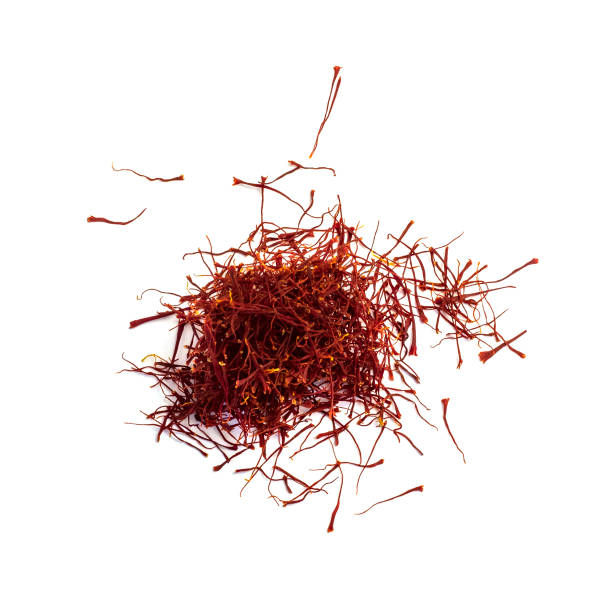 torkade saffrantrådar isolerade på vit bakgrund. orientaliska kryddor. - saffron on white bildbanksfoton och bilder