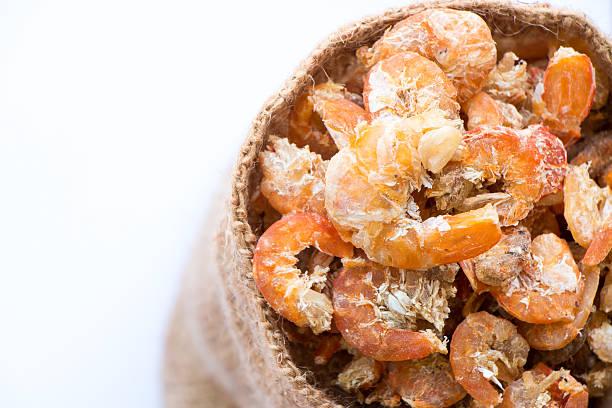 getrocknete krabben auf hölzernen löffel, isoliert - abnehmen leicht gemacht stock-fotos und bilder
