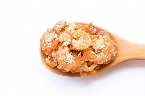 getrocknete krabben auf hölzernen löffel isoliert - abnehmen leicht gemacht stock-fotos und bilder