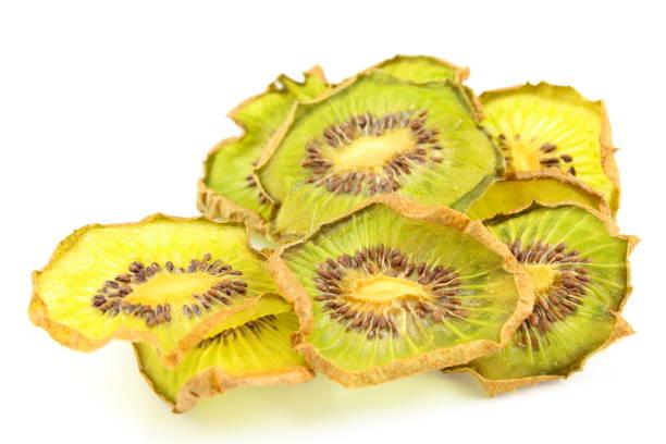 fatias secas de frutas de quivi verde isoladas em um fundo branco - foto de acervo