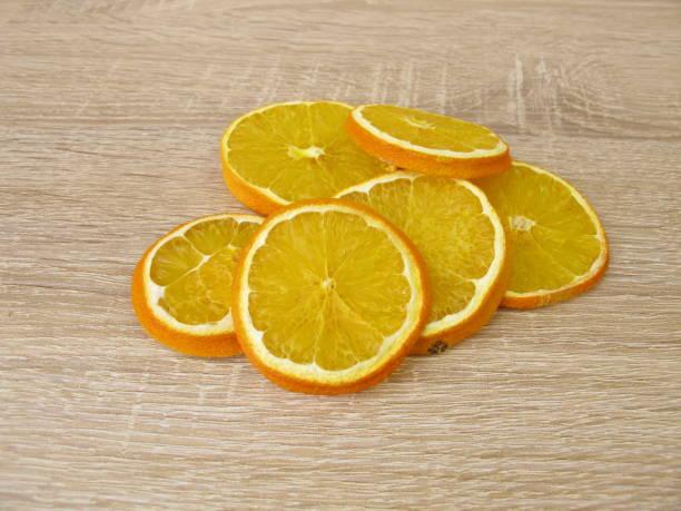 süße orangenscheiben getrocknet - orangenscheiben trocknen stock-fotos und bilder