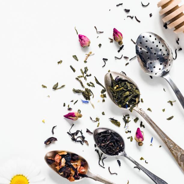 getrocknete teeblätter, kräuter- und grüner tee in der teelöffel - grüner tee koffein stock-fotos und bilder
