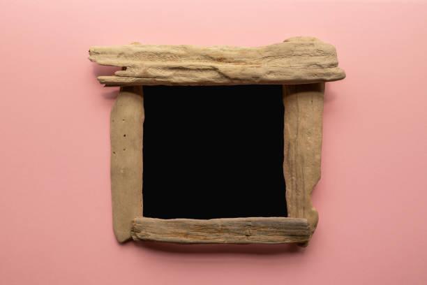 driftwood tafel zeichen, um ihren eigenen text hinzuzufügen - tafel mockup auf rosa hintergrund - treibholz wandkunst stock-fotos und bilder