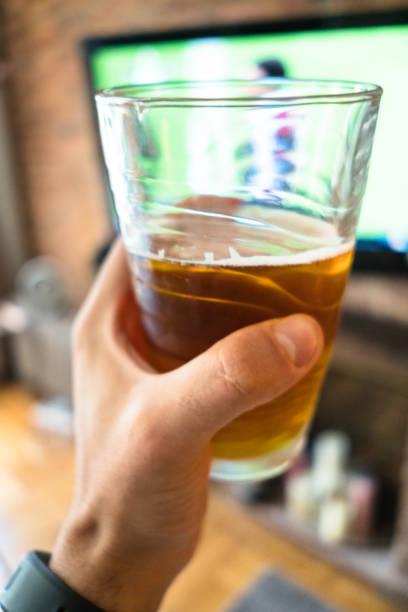 drining a cerveja e assistindo tv - beer pov tv - fotografias e filmes do acervo