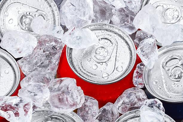 음료수 캔으로 으깨짐 빙판 - 얼음 조각 뉴스 사진 이미지