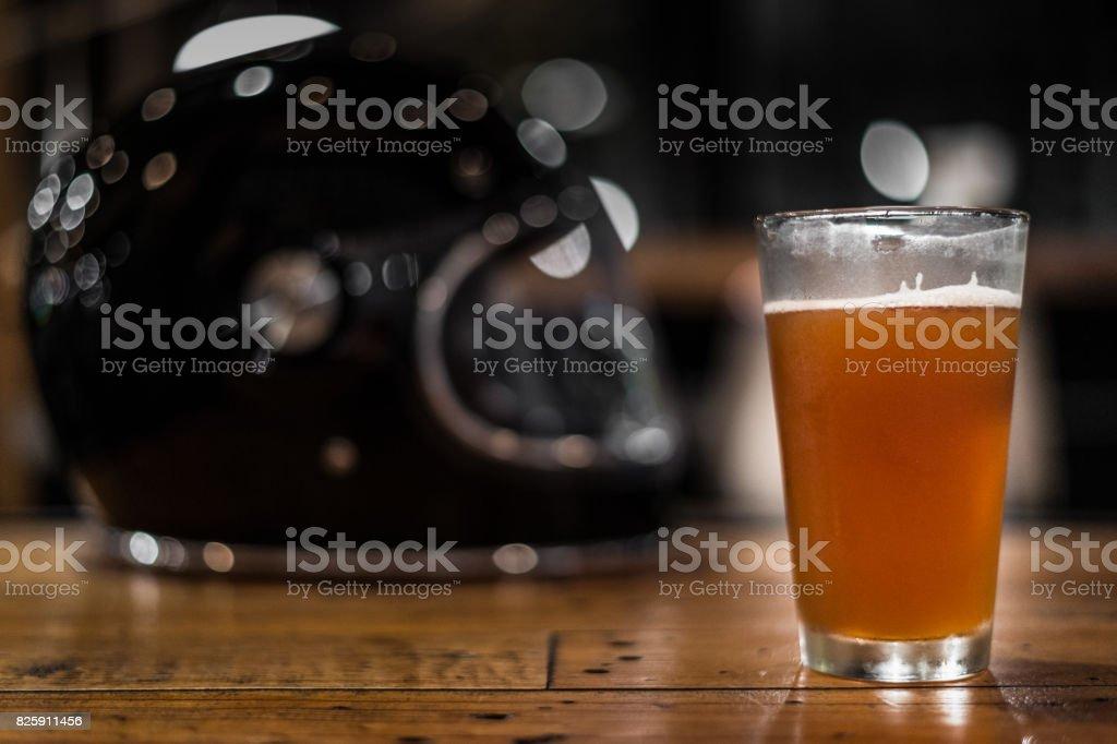 Getränk nicht reiten, Glas Bier und Helm – Foto