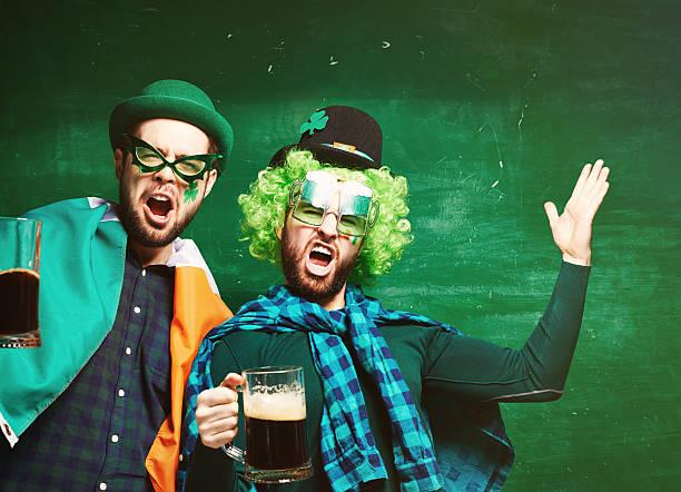 getränk wie die iren! - bier kostüm stock-fotos und bilder