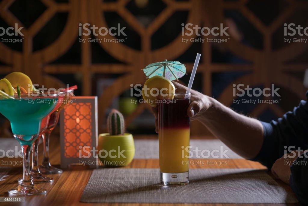 在酒吧喝酒獨自雞尾酒 免版稅 stock photo