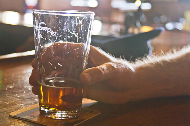 trinken bier an der bar - untersetzer stock-fotos und bilder