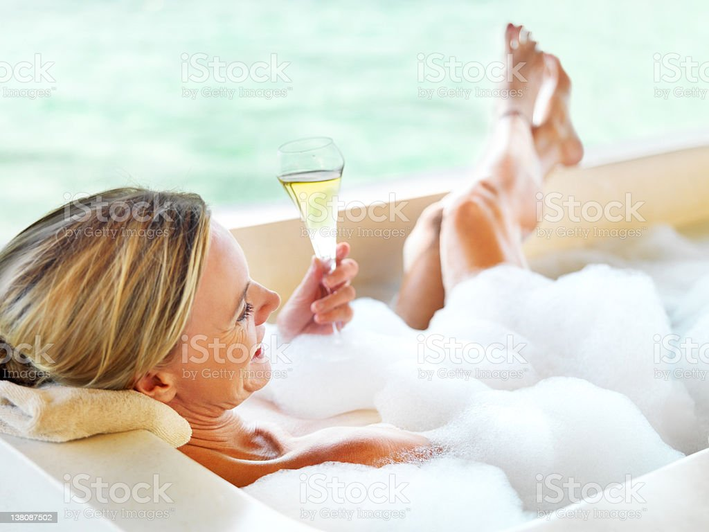 Bere champagne, bagno di bolle - foto stock