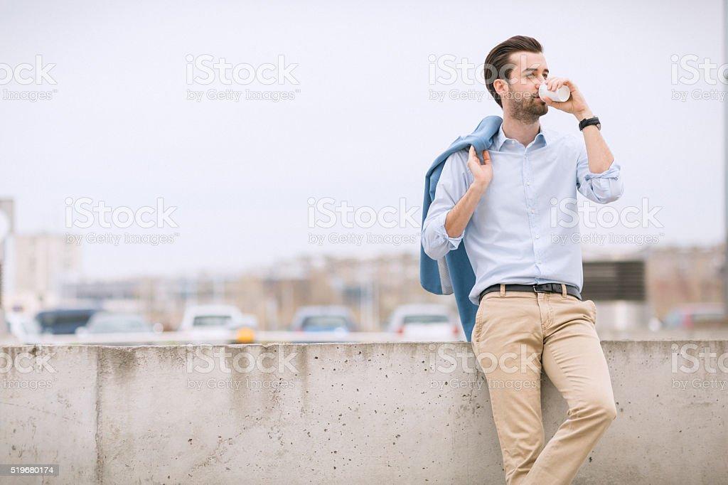 Trinkt Kaffee am Arbeitsplatz Lizenzfreies stock-foto