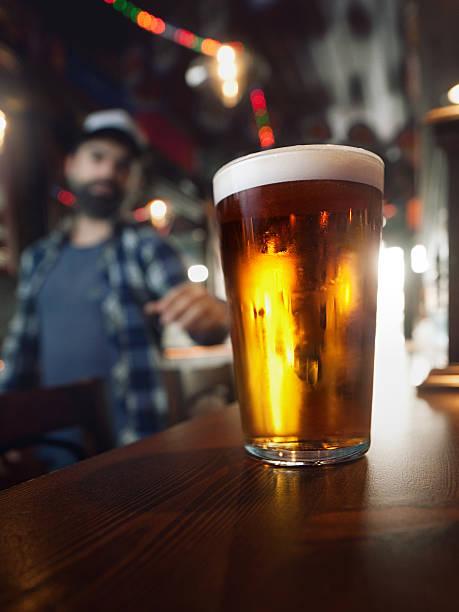 beber cerveja artesanal. - ale - fotografias e filmes do acervo