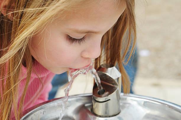 fontaine d'eau potable - fontaine photos et images de collection