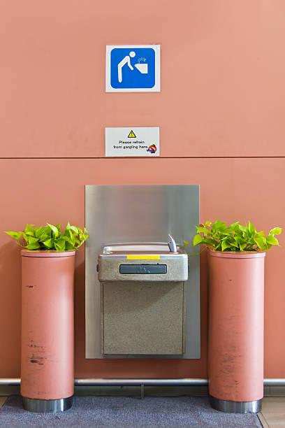 trinkwasserspender point - indoor wasserbrunnen stock-fotos und bilder