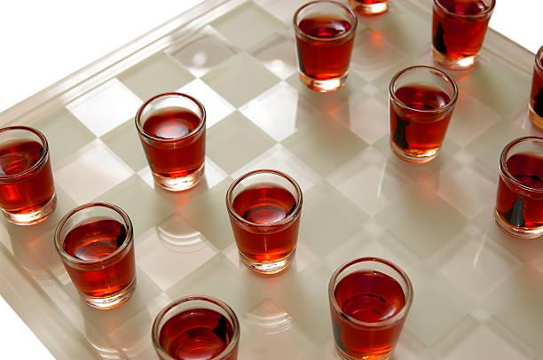 trinkspiel - lustige trinkspiele stock-fotos und bilder