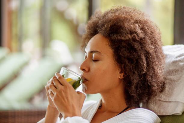 drinking herbal tea at the wellness resort - herbata ziołowa zdjęcia i obrazy z banku zdjęć
