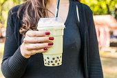 通りの食糧市場で抹茶バブル チャイ ラテを飲んでください。