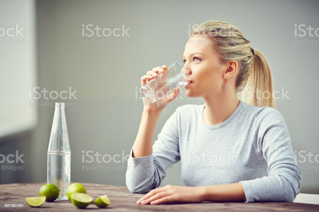 Beber más agua - foto de stock