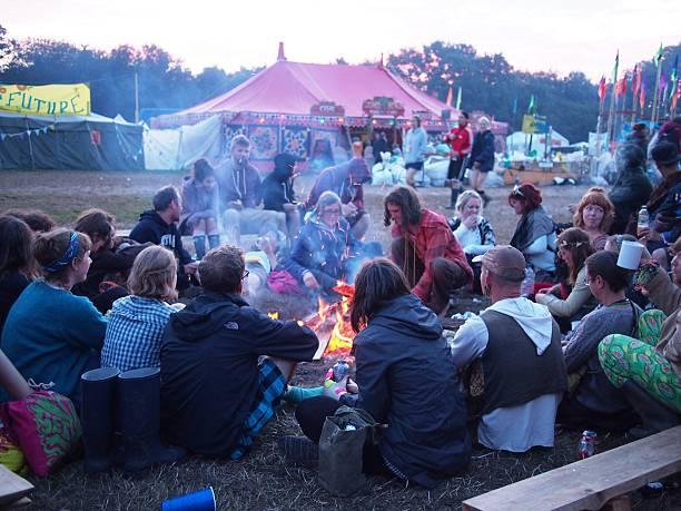 trinken tee im festival sonnenaufgang - tanz camp stock-fotos und bilder