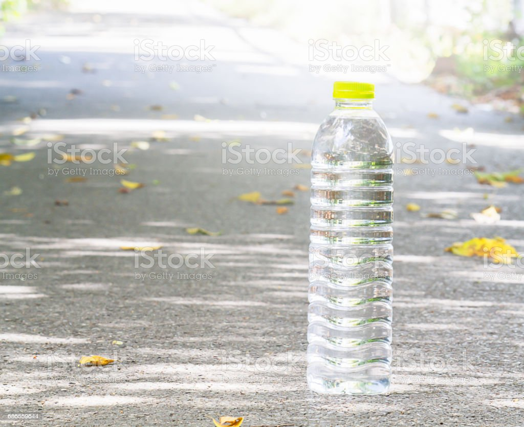 Drinking water bottle on running track in the park foto stock royalty-free