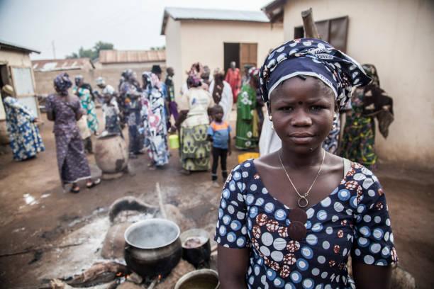 trinkwasser in einem afrikanischen dorf - indoor wasserbrunnen stock-fotos und bilder