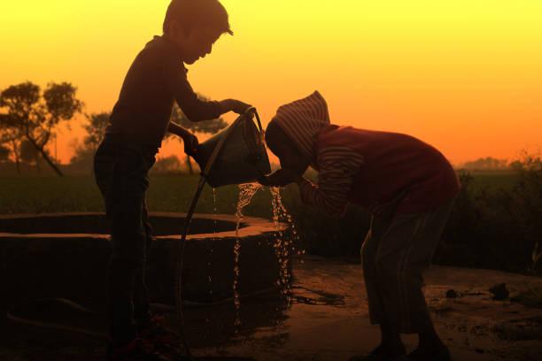 água potável em água bem - água doce - fotografias e filmes do acervo