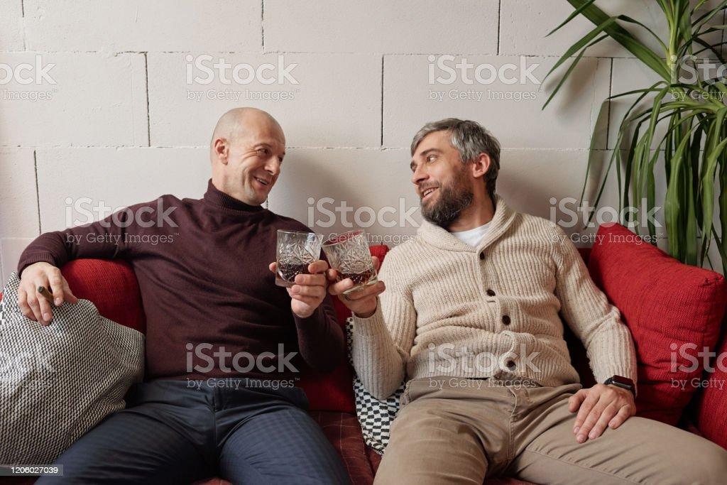 Whisky trinken mit Freund zu Hause - Lizenzfrei Alkoholisches Getränk Stock-Foto