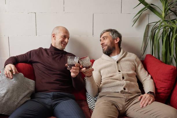 Whisky trinken mit Freund zu Hause – Foto