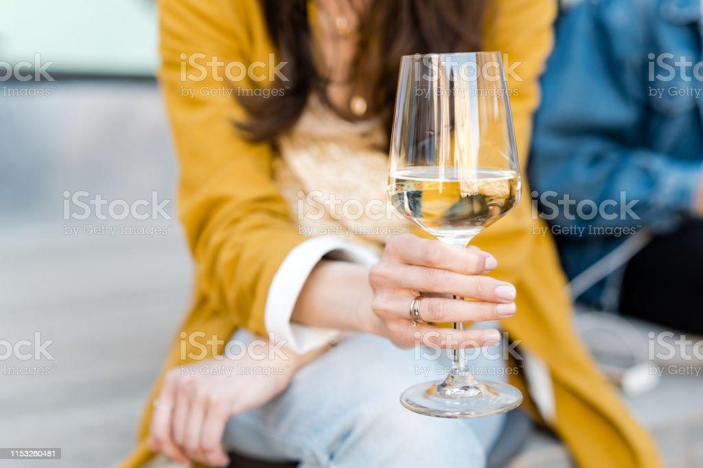 Witte wijn drinken in de stad - Royalty-free Alcohol Stockfoto