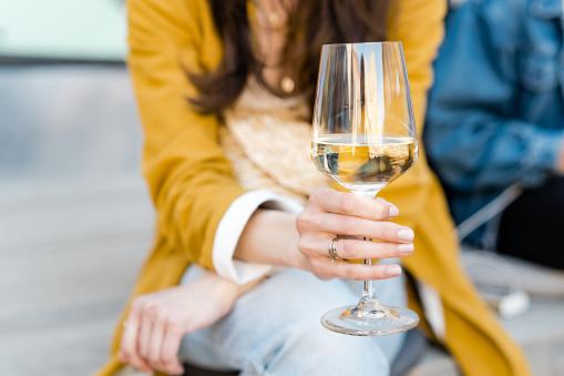 Witte Wijn Drinken In De Stad Stockfoto en meer beelden van Alcohol