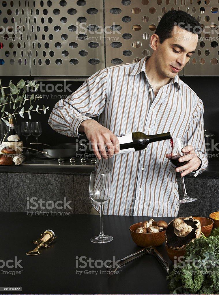 Picie wina w kuchni, przygotowując posiłek zbiór zdjęć royalty-free