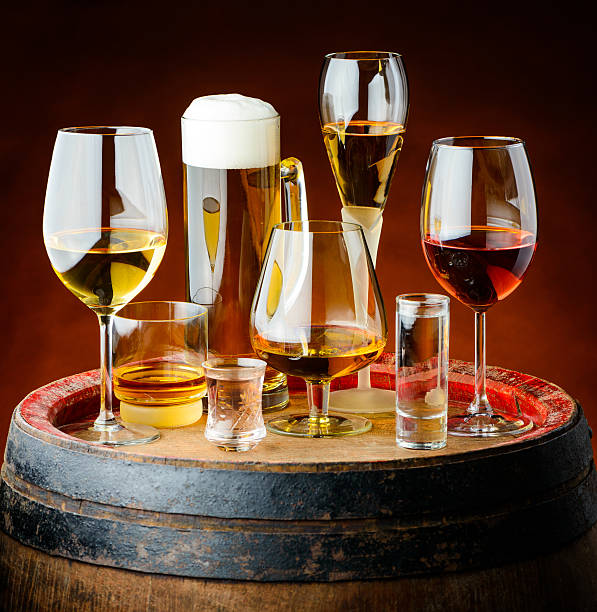 boissons dans des verres - spiritueux photos et images de collection