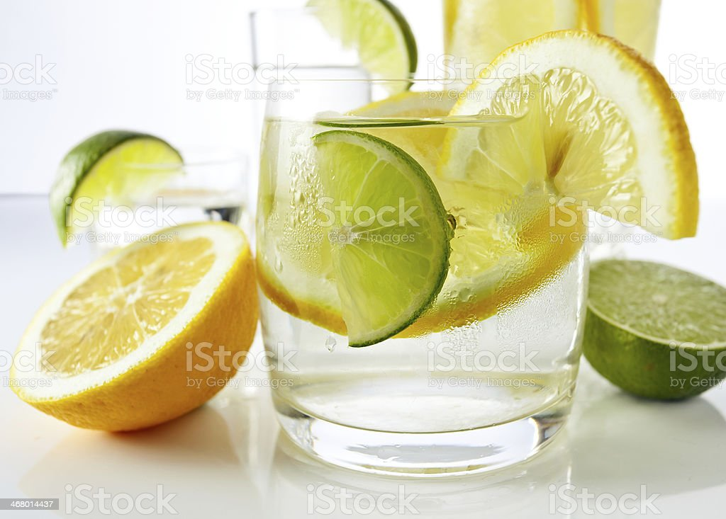 Bebidas con limón y lima - Foto de stock de Agua libre de derechos