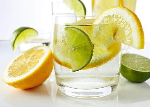Bebidas Con Limón Y Lima Foto de stock y más banco de imágenes de Agua