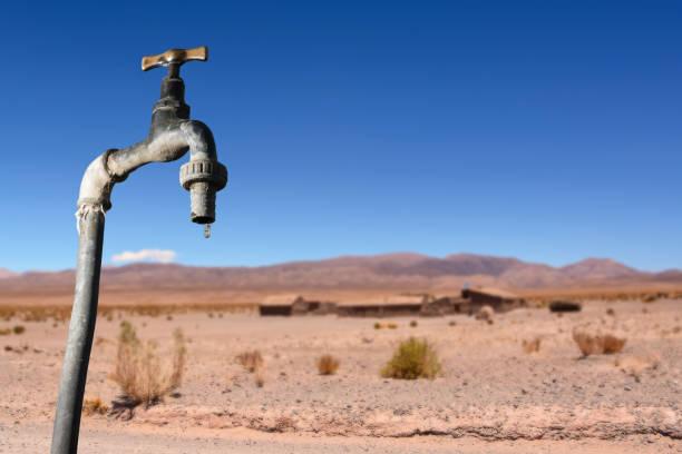 Wasserhahn tropft und trockenen Umgebung im Hintergrund – Foto