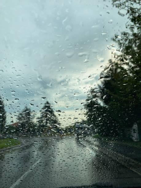 Fahren Sie das Auto bei schlechtem Wetter – Foto