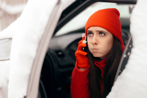 driver calling for help after car breakdown in winter snow - car chill foto e immagini stock