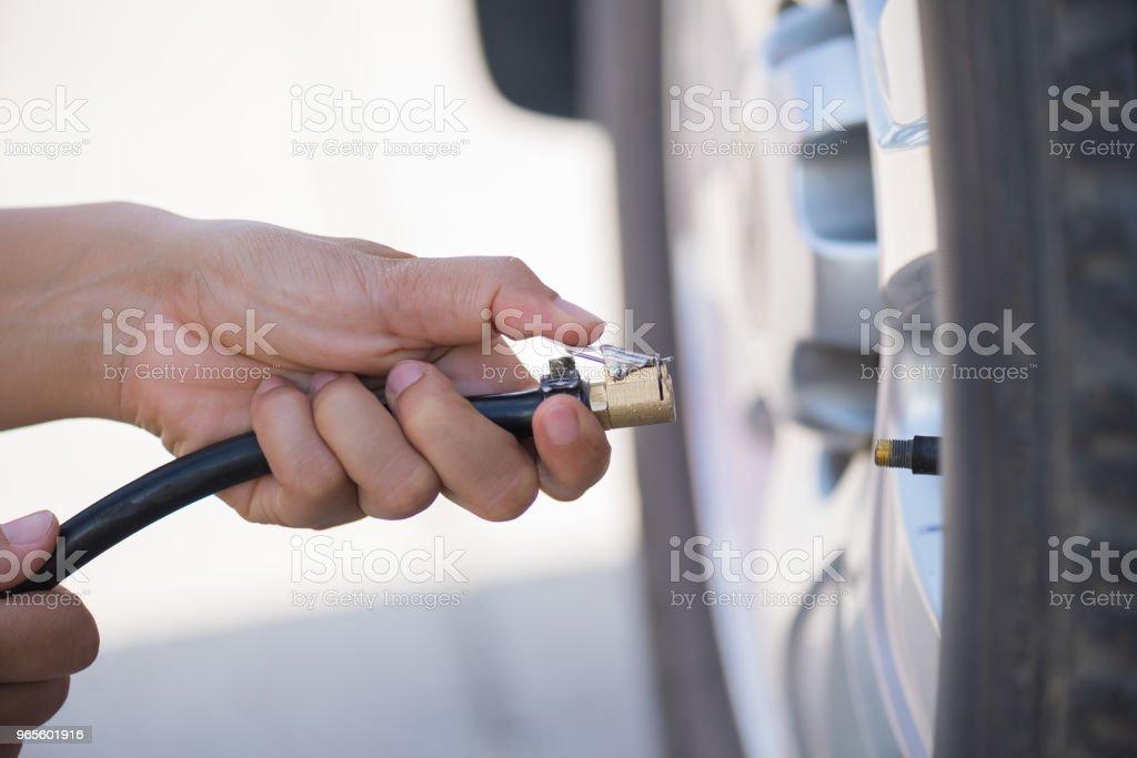 Fahrer, die Überprüfung des Luftdrucks und Füllung Luft in den Reifen hautnah – Foto