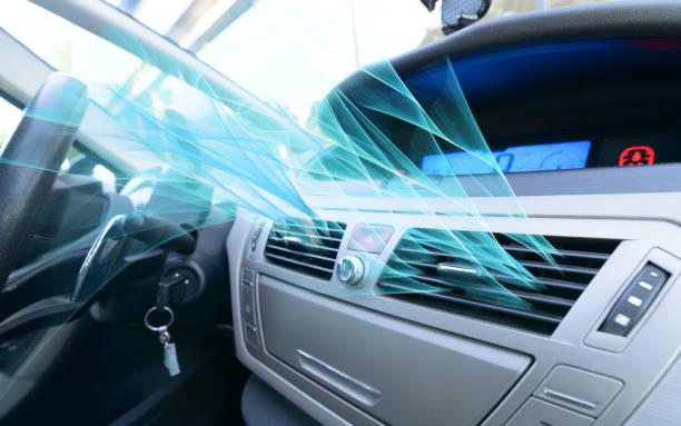 空気換気グリルをチューニング ドライバー手 - エアコン ストックフォトと画像