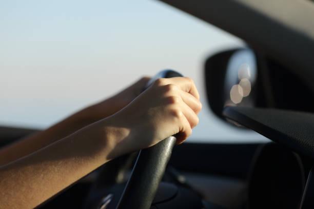Fahrer Hände halten Lenkrad fahren ein Auto – Foto