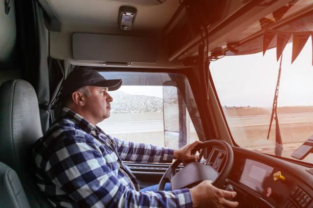 conductor en cabina de camión grande y moderno - conductor de autobús fotografías e imágenes de stock