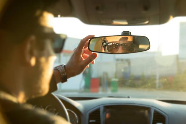 fahrer in innenspiegel - 1m coupe stock-fotos und bilder