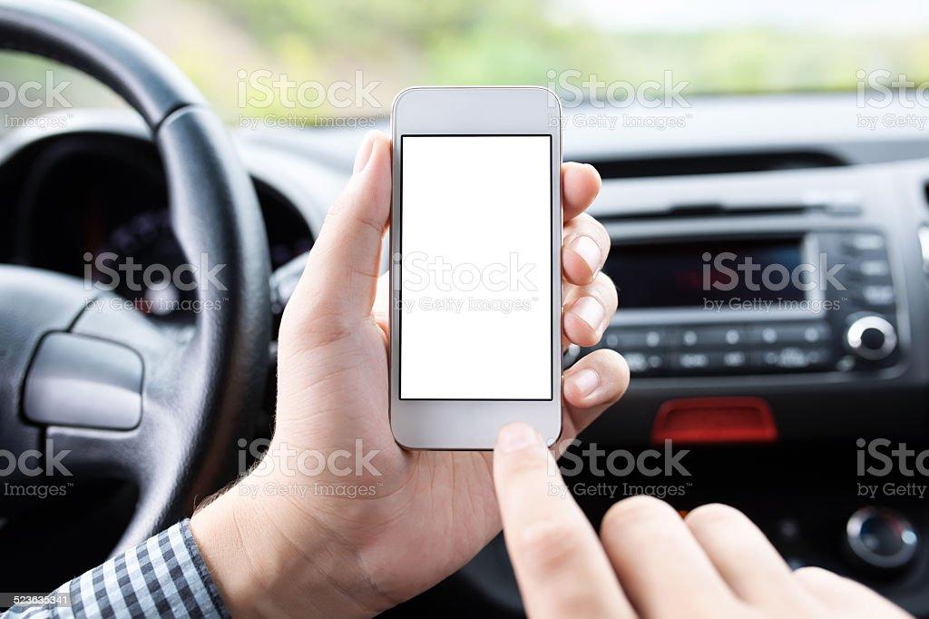 Fahrer im Auto halten das Telefon mit isolierten Bildschirm – Foto